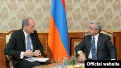 Руководитель миссии Международного валютного фонда (МВФ) в Армении Марк Хортон (слева) и президент Армении Серж Саргсян (справа), Ереван, 12 мая 2014 г.