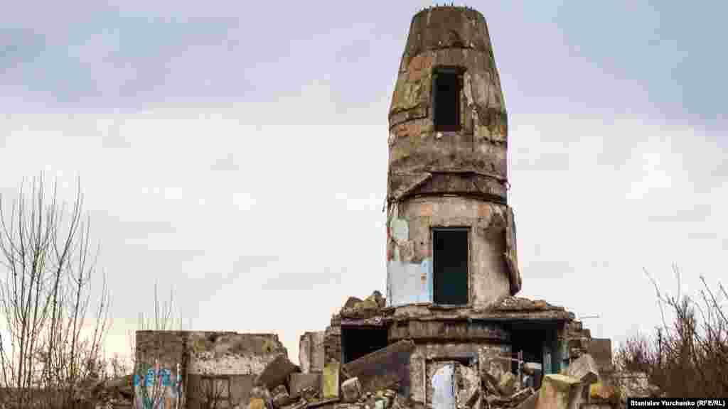 С демонтированными, раскуроченными башнями-фундаментами антенных систем.