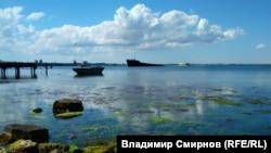 Напівзатоплений суховантаж BERG у бухті Феодосії, липень 2018 року