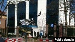 معترضان پس از ورود به محوطه سفارت ایران شعار های در همبستگی با معترضان سر دادند.