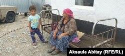 Батима Асанова, жительница села Каскабулак, с внучкой во дворе дома. Таласский район, Жамбылская область. 12 августа 2020 года.