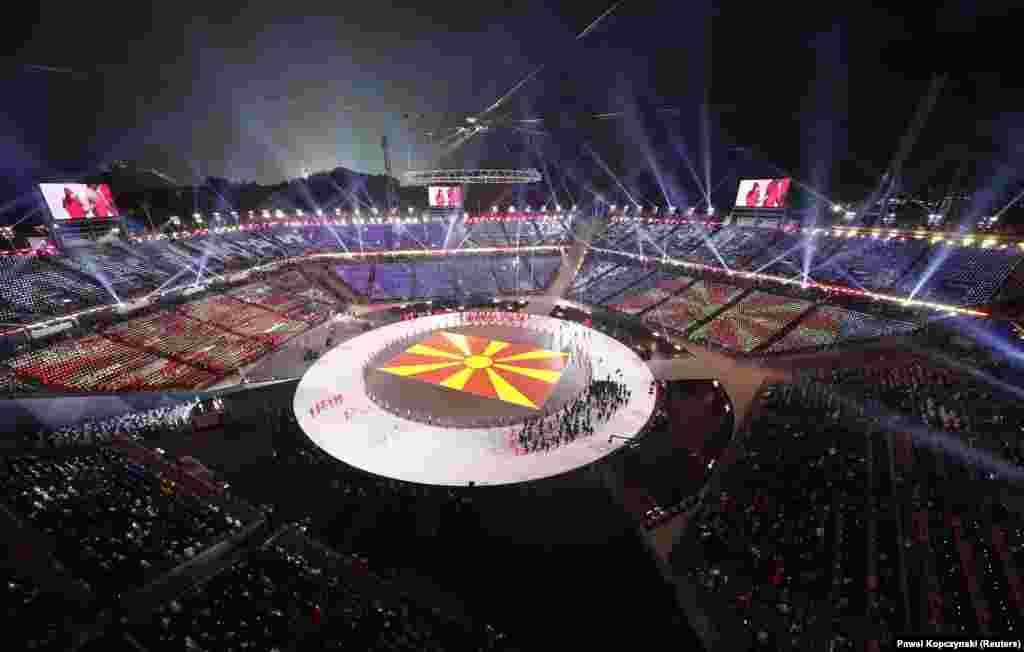 МАКЕДОНИЈА / ЈУЖНА КОРЕЈА - ЈУЖНА КОРЕЈА - Дваесет и третите Зимски олимписки игри во јужнокорејскиот град Пјонгчанг официјално беа отворени со огномет, многу светлосни ефекти и со парада на над 3.000 спортисти од 92 држави. Од Македонија ќе се натпреваруваат скијачите Ставре Јада, Антонио Ристевски и Викторија Тодоровска. Во фокусот на Олимпијадата се и неучеството на Русија поради казната по допинг-аферата на спортистите и заедничкиот настап на Јужна Кореја и Северна Кореја, кои технички се во војна.