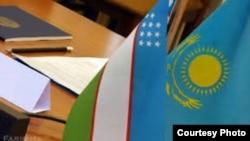 Флаги Казахстана и Узбекистана.