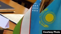 Өзбекстан мен Қазақстанның мемлекеттік тулары.