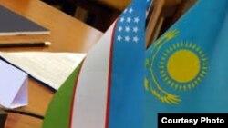 Государственные флаги Узбекистана и Казахстана.