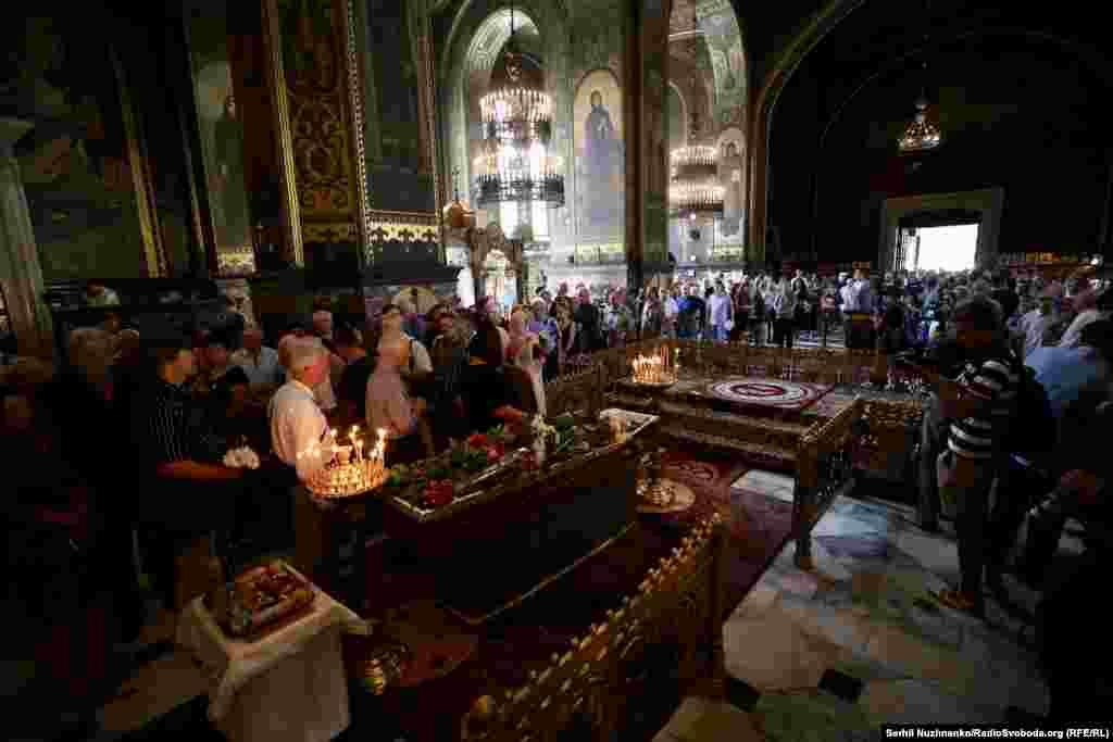 Володимирський собор заповнений людьми і квітами