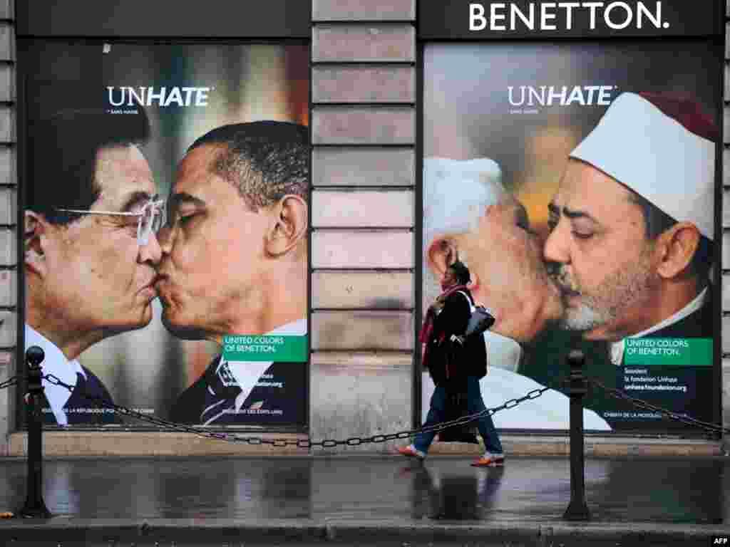 Francë: Në dritaret e një dyqani të Benetton-it në Paris shihen pano të liderëve, që janë pjesë e fushatës provokuese të kësaj shtëpie të modës. (Foto të bëra montaz