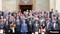 Президент Армении Серж Саргсян вместе с лауреатами после церемонии награждения, Ереван, 13 мая 2010 г.