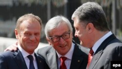 Donald Tusk, President of the European Council (left), Jean-Claude Juncker, the President of the European Commission (center), and Ukrainian President Petro Poroshenko in Kyiv on April 27.