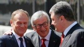 European Council President Donald Tusk (left), EU Commission President Jean-Claude Juncker (center), and Ukrainian President Petro Poroshenko in Kyiv in April.
