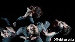 Soliști ai Baletului de Stat din Berlin într-un spectacol în montarea lui Nacho Duato și Jiří Kylián