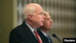 John McCain dhe Lindsey Graham, foto nga arkivi