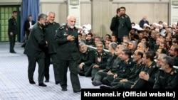 حسین همدانی (فرد جلوی تصویر) در آخرین حضور علنیاش در دفتر علی خامنهای، رهبر جمهوری اسلامی. ۲۵ شهریور ۱۳۹۴
