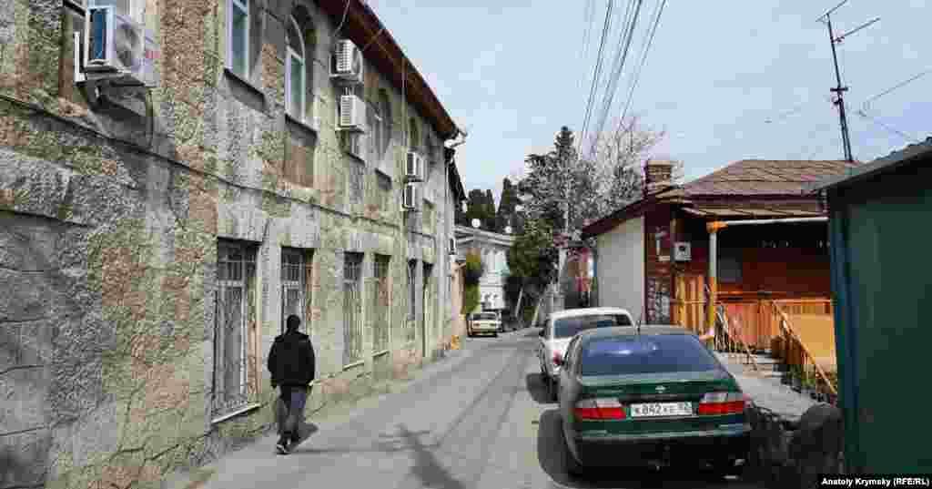 Между пешеходами и припаркованными машинами на улице Розы Люксембург свободно проезжают еще и рейсовые «Богданы»