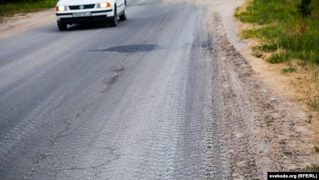 Так выглядит асфальтированная дорога около Лососно после проезда БМП