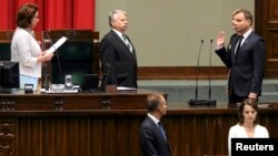 Анджей Дуда (п) складає присягу в парламенті Польщі, 6 серпня 2015 року