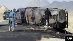 Polici afgan afër cisternës së djegur në Kandahar