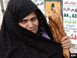 Барбари деп аталатын дәстүрлі нан ұстаған ирандық әйел. Теһран, 16 тамыз 2010 жыл.