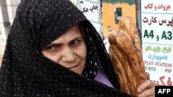 نان غذای اصلی طبقات کم درآمد در ایران به شمار می آید.