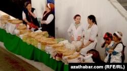 Хлебный ряд на ашхабадском рынке