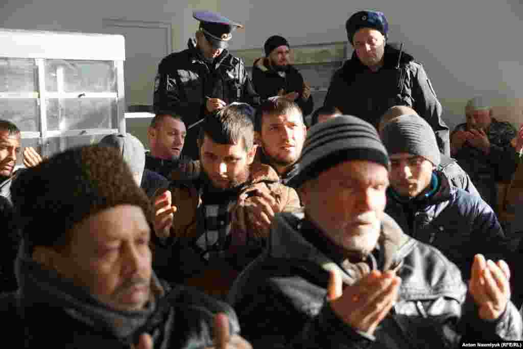 По словам силовиков, в дежурную часть поступил звонок о том, что «по данному адресу проходит собрание с оружием»