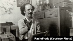 هوشنگ گلشیری در حال خواندن یکی از داستانهایش، ۱۳۶۸