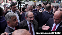 Armenia -- Prime Minister Nikol Pashinian visits his supporters blocking the entrance to a court in Yerevan, May 20, 2019