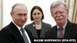 Радник президента США Джон Болтон (справа) передав запрошення під час зустрічі з Володимиром Путіним у Москві 23 жовтня