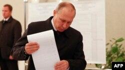 Президент России Владимир Путин голосует на выборах в Государственную Думу. Москва,18 сентября 2016 года.