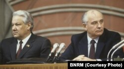 """""""Pleacă ai noștri, vin ai noștri"""": M. Gorbaciov (dreapta), ultimul lider al URSS și Boris Elțin, primul președinte al Federației Ruse, ambii parte a nomenclaturii sovietice (Sursă: BNRM)"""