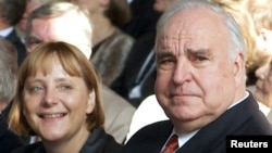 Гелмут Коль Германиянын азыркы канцлери Ангела Меркел менен.