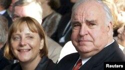Гельмут Коль (оң жақта) және Ангела Меркель. Берлин, 27 қыркүйек 2000 жыл.