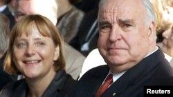 Helmut Kohl və gələcək kansler Angela Merkel 2000-ci ildə