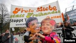Demonstranti u njemačkom Hanoveru nose transparente protiveći se postizanju Transatlanskog sporazuma o investicijskom partnerstvu (TTIP), 23. april 2016.