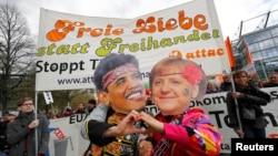Карикатурні зображення лідерів США та Німеччини на мітингу опонентів угоди про вільну торгівлю між ЄС та США, Ганновер, Німеччина, 23 квітня 2016 року