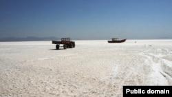 نمایی از بخشهای خشکیده دریاچه ارومیه و نمک باقیمانده بر بستر این دریاچه