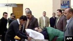 Хосни Мубарака на больничной каталке привозят в зал суда