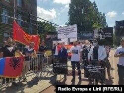 Pranë Gjykatës Speciale në Hagë janë mbledhur një numër i diasporës nga Kosova për të kundërshtuar pretendimet ndaj Thaçit.