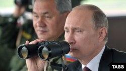 Ռուսաստանի նախագահ Վլադիմիր Պուտինը և պաշտպանության նախարար Սերգեյ Շոյգուն հետևում են զորավարժությունների ընթացքին, արխիվ