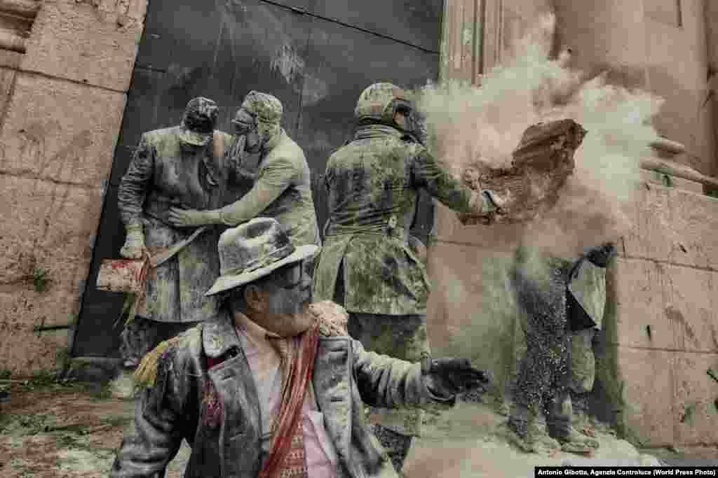 """""""Адамдар"""" категориясындағы екінші жүлде Антонио Джиботта түсірген Испанияның Аликанте қаласындағы жыл сайынғы мерекеде ұнмен атысқан адамдардың суретіне берілді."""