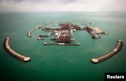 Вид на искусственные острова на нефтяном месторождении Кашаган. 7 апреля 2013 года.