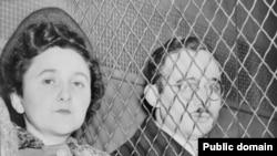 Супруги Розенберг после оглашения приговора