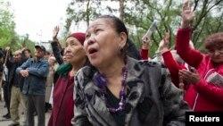 Женщины участвуют в акции протеста против пенсионной реформы. Алматы, 27 апреля 2013 года. Иллюстративное фото.