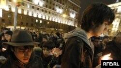 Москвичи почтили память погибших в терактах в метро.