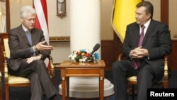 Бывший президент США Билл Клинтон беседует с президентом Украины Виктором Януковичем.