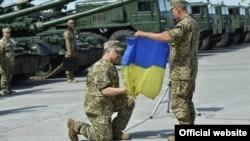 Президент України Петро Порошенко приймає бойовий прапор, Чугуїв, Харківська область, 22 серпня 2015 року