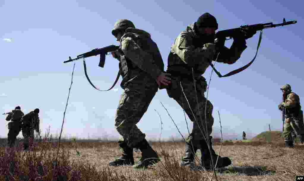Ukrainian servicemen take part in a military drill in the Zhytomyr region, some 150 kilometers from Kyiv, on April 9. (AFP/Antolii Stepanov)