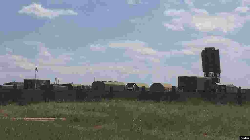Еще один военный аэродром расположен в Джанкое в 40 километрах от материковой территории Украины. По наблюдениям Reuters, там расположены по меньшей мере семь военных вертолетов Ми-24 и контингент военных техников, который их обслуживает На фото: военные грузовики на аэродроме в Джанкое
