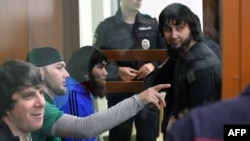 Заур Дадаев (справа) вместе с другими подсудимыми по делу об убийстве Бориса Немцова в суде. Москва, 27 июня 2017 года.