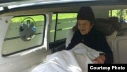 Stanu Cerović prevoze ambulantnim kolima u dom za stare; Foto: Radio-televizija Crne Gore